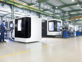 Obrabiarki CNC na hali produkcyjnej