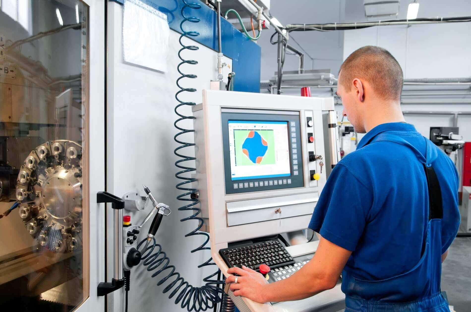 operator przy maszynie CNC